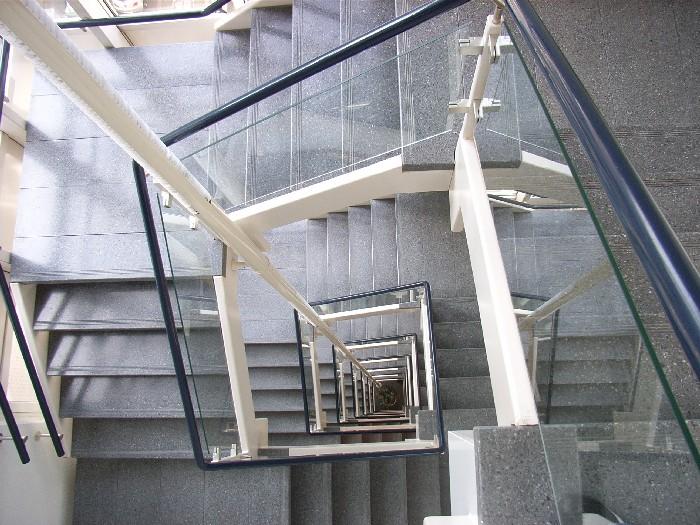 Foto van doorlopende trapleuning langs meerdere verdiepingen