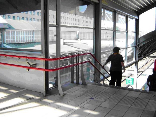 Foto van doorlopende trapleuning op ns-station.