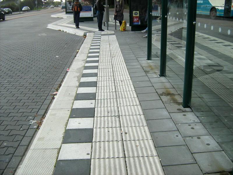 Foto van geleidelijn naar instapmarkering op halteplaats bus.