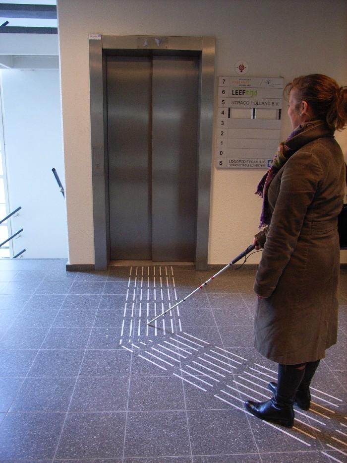 Foto van een geleidelijn naar een lift.