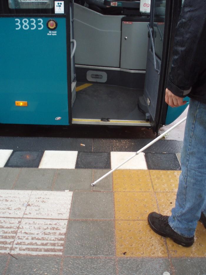 Foto van instapmarkering op halteplaats bus.
