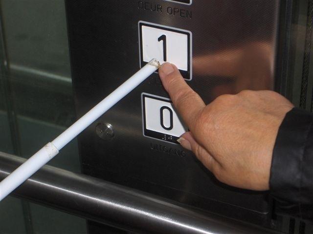 Foto van liftknoppen met braille en reliëf