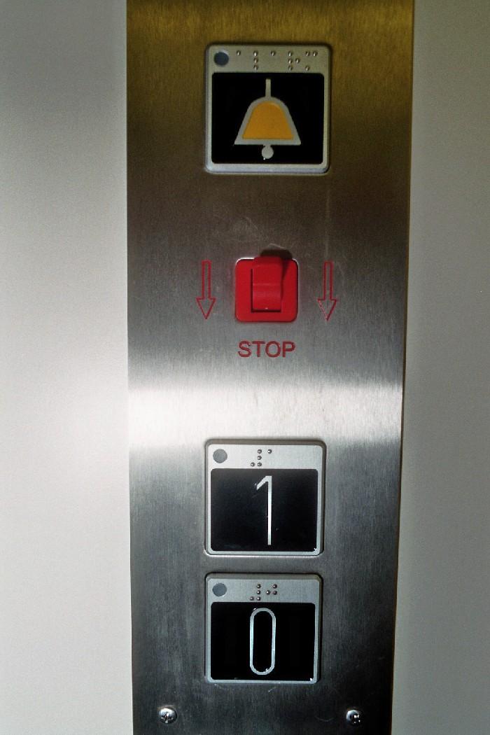 Foto van liftknoppen in braille en reliëf en mogelijk met verlichting